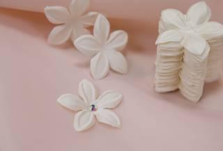 Заготовка тканевая из атласа, предназначена для украшения свадебного платья.